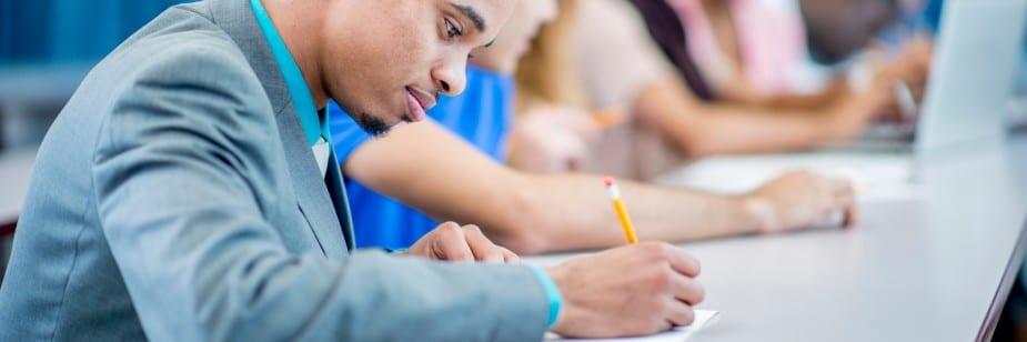 estudante escrevendo prova do enem