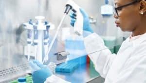 mulher trabalhando nas áreas da biomedicina