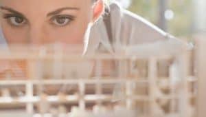 mulher escolhendo entre engenharia civil ou arquitetura