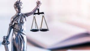 estátua representando o curso de direito e promotor de justiça