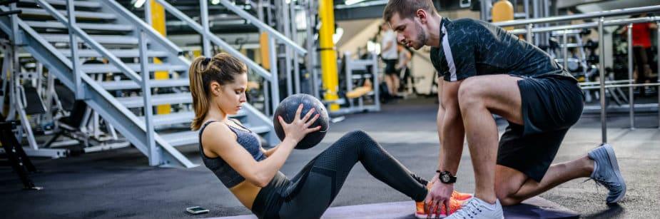 estudantes de educação física personal trainer em academia