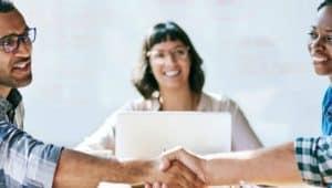 pessoas de mãos dadas representando empregabilidade