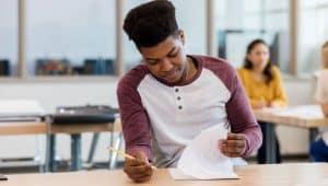 estudante fazendo avaliação