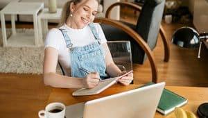 estudante na mesa com computador