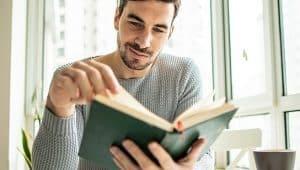 estudante lendo livro